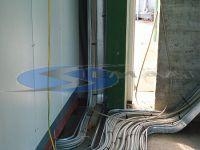 posa di canale metalliche nel retro cabina