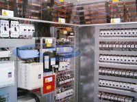 pannelli elettrici di forza all\'interno di container